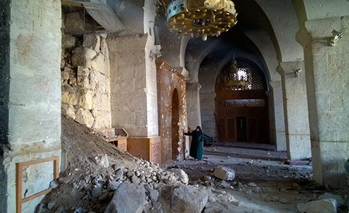 Женщина в Мечети Омейядов в Алеппо, разрушенной в результате боевых действий