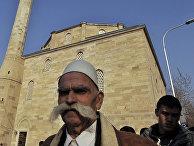 Мусульмане выходят из мечети в Приштина, Косово