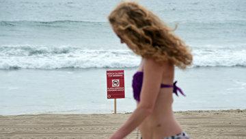 Девушка на пляже в Манхэттене