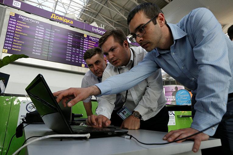 Технические специалисты в аэропорту «Борисполь» в Украине