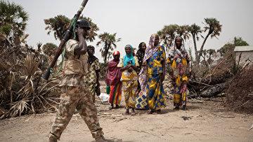 Нигерийский солдат с гранатометом патрулирует город в Нигерии