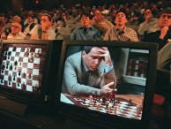 """Гарри Каспаров во время игры против компьютера IBM """"Deep Blue"""" в Нью-Йорке. 4 мая 1997 года"""