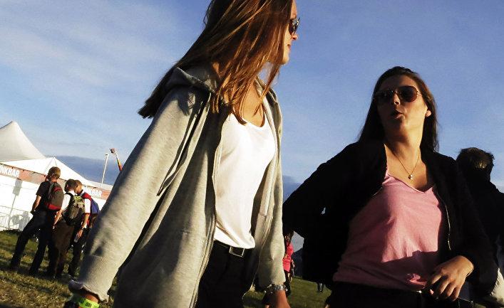 Девушки на музыкальном фестивале в Бровалле