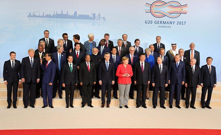 Лидеры саммита G20 позируют для совместной фотографии с главами делегаций приглашенных государств и международных организаций в Гамбурге. 7 июля 2017
