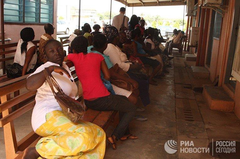 Очередь сдавать анализы в Главном госпитале города Аккра, Гана