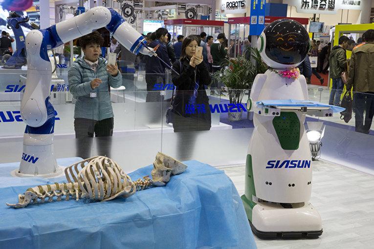Компания Siasun Robot & Automation Co имитирует использование медицинского инструмента