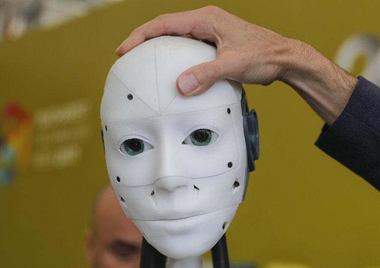 Французский дизайнер Гаэль Ланжевин (Gael Langevin) регулирует положение головы робота InMoov