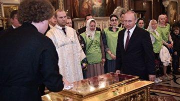 Президент РФ Владимир Путин во время посещения храма Христа Спасителя