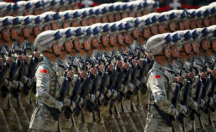 Солдаты Народно-освободительной армии Китая во время парада на площади Тяньаньмэнь в Пекине