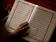 Мусульманин читает Коран в мечети в Ливане