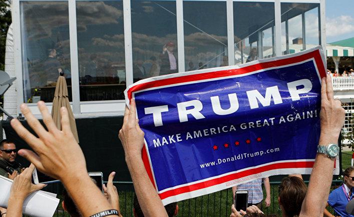 Сторонники приветствуют президента США Дональда Трампа