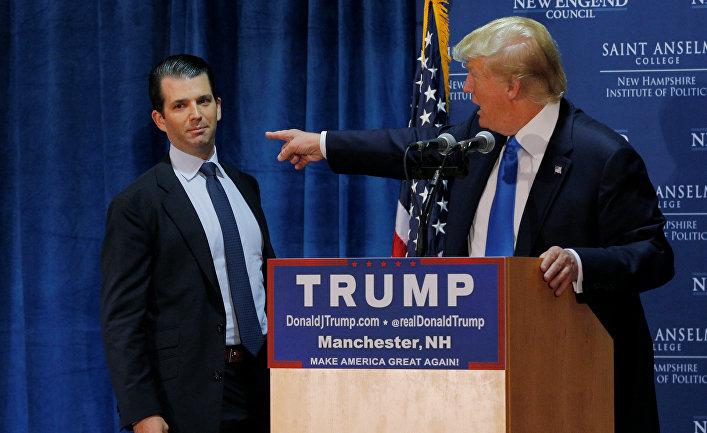 Дональд Трамп-мл. и Дональд Трамп на предвыборном митинге в Манчестере