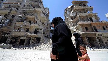 Местные жители на фоне руин в Алеппо, Сирия