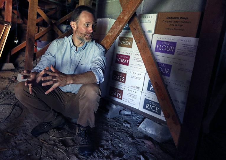 Преппер Адам Таггарт и его запасы консервов, которые хранятся до 35 лет