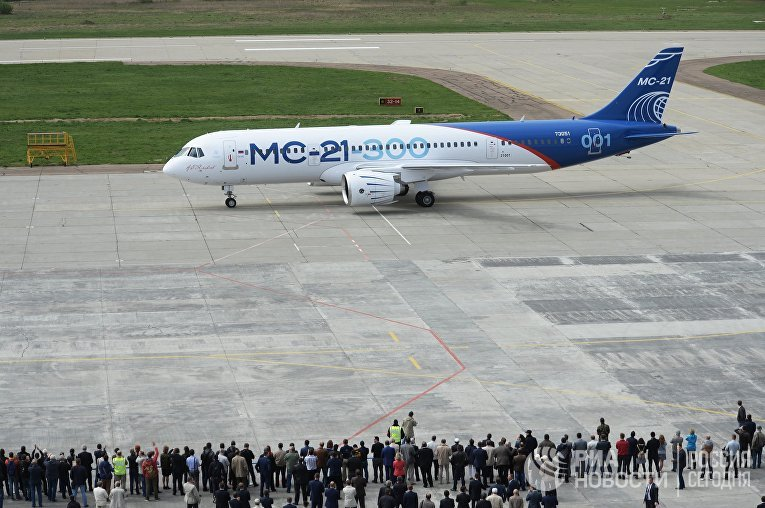 Новый российский пассажирский самолет МС-21 после своего первого полета