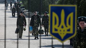 Украинские военнослужащие покидают свою базу в поселке Любимовка рядом с Севастополем