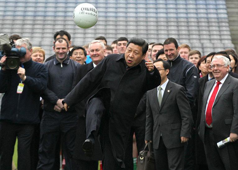 Заместитель Председателя КНР Си Цзиньпин играет с мячом
