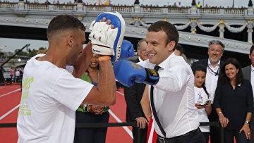 Президент Франции Эммануэль Макрон занимается боксом