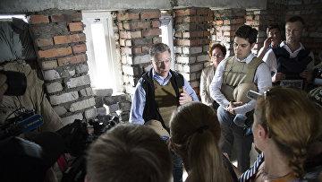 Представитель США по Донбассу Курт Волкер общается с журналистами во время своего визита в Авдеевку и Краматорск