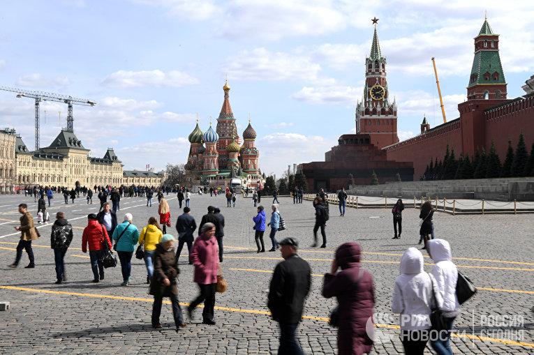 Прохожие на Красной площади в Москве