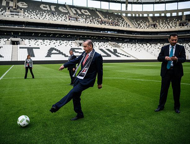 Президент Турции Реджеп Тайип Эрдоган играет в мяч на стадионе в «Водафон Арена»