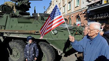 """Жители города Белосток в Польше приветствуют конвой американских военных """"Dragoon Ride"""""""