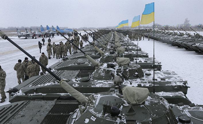 Украинские солдаты во время встречи с Петром Порошенко на военной базе рядом с Житомиром