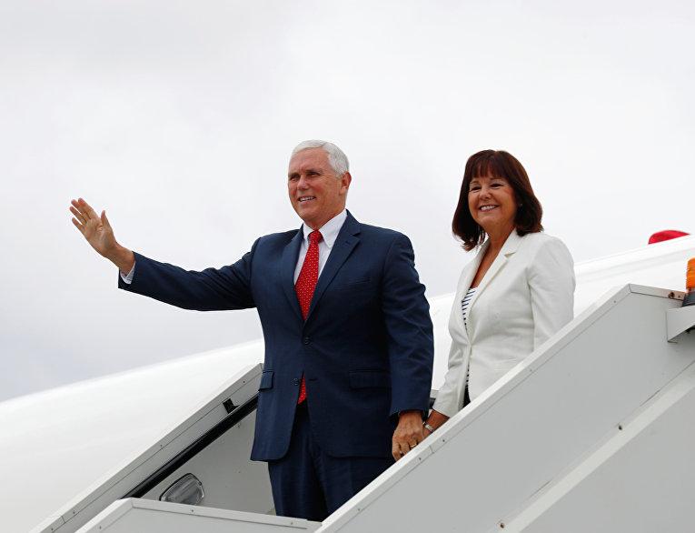 Вице-президент США Майк Пенс со своей женой Карен Пенс в аэропорту Таллина, Эстония