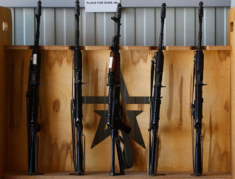 Автоматы АК-74 на стенде во время соревнований по стрельбе в поселке Алабино под Москвой