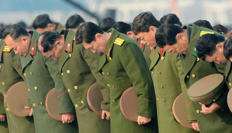 В церемонии приняли участие как простые граждане, так и должностные лица и военные