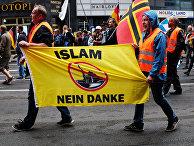 Участники акции против проиммигрантской политики канцлера Германии Ангелы Меркель в Берлине. 2 июля 2017