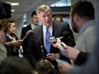 Сенатор Ричард Берр общается с прессой в Капитолии, Вашингтон