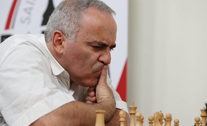 Российские гроссмейстеры Гарри Каспаров и Сергей Карякин