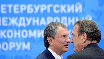 Бывший канцлер Германии Герхард Шрёдер беседует с заместителем председателя правительства РФ Игорем Сечином
