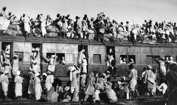 Беженцы-мусульмане пытаются бежать из Индии на поезде недалеко от Нью-Дейли