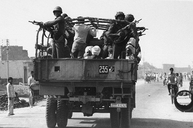 Солдаты индийской армии сопровождают группу Сикхов в Нью-Дейли