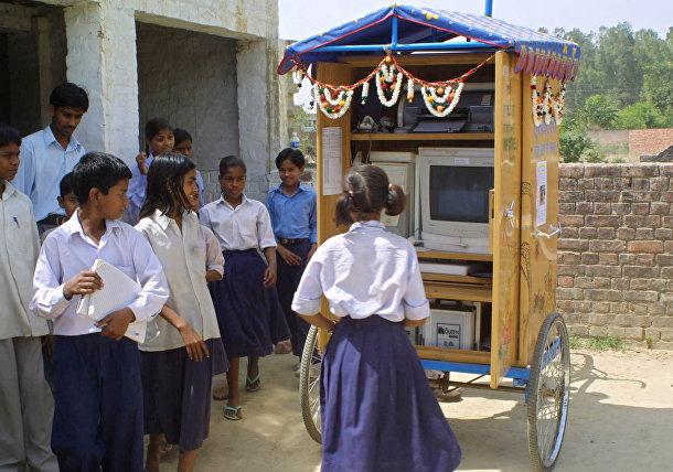 Школьники возле мобильного интернет-класса в индийском штате Уттар-Прадеш
