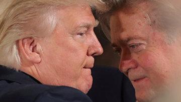 Президент США Дональд Трамп беседует с главным стратегом Белого дома Стивом Бэнноном