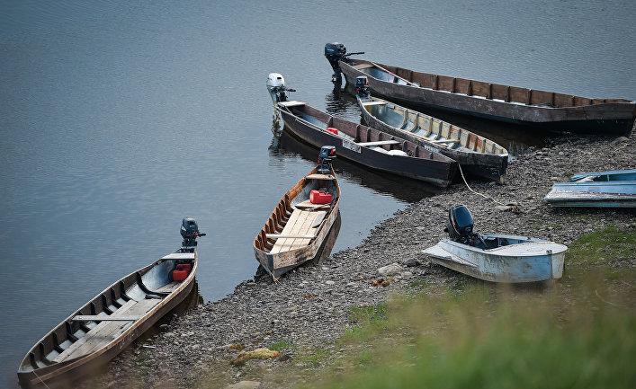 Лодки на берегу деревни Еремеево Троицко-Печорского района Республики Коми