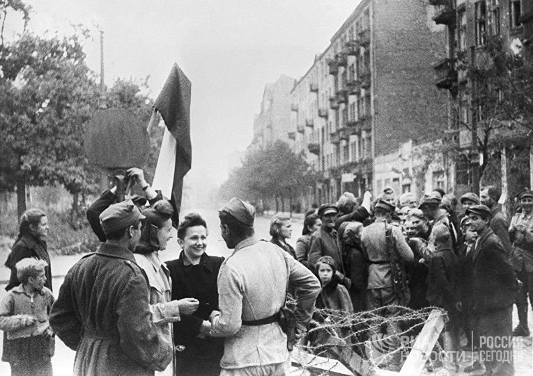 Мирные жители Варшавы и бойцы Красной Армии. Освобождение Польши. Великая Отечественная война 1941-1945 годов