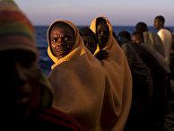 Мигранты на испанском спасательном судне в Средиземном море