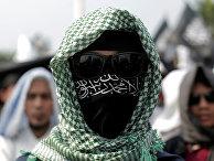Член исламской группировки во время акции протеста в Джакарте, Индонезия