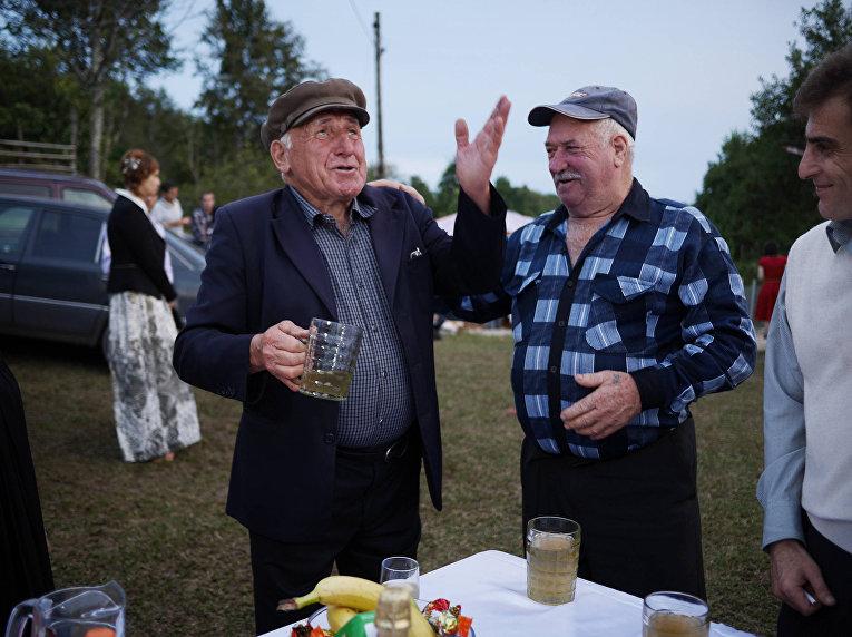 Жители Абхазии пьют вино