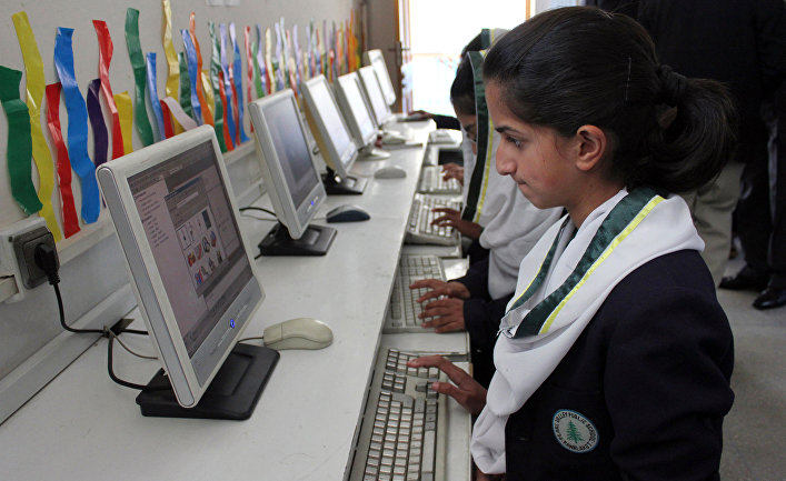 Пакистанские школьники на уроке информатики