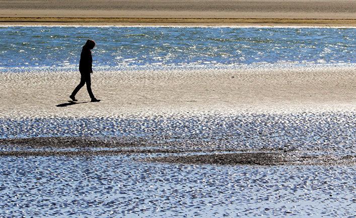 Одинокая девушка на пляже