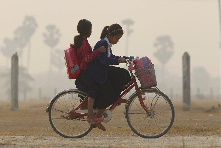 Школьники из деревни Прей-Кла в Камбодже на пути в школу
