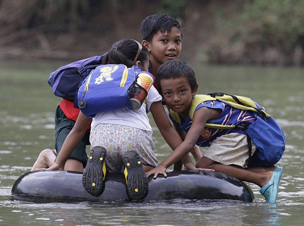 Филиппинские школьники плывут в школу