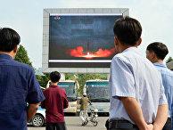 Запуск северокорейской ракеты «Хвасонг-12» на экране в Пхеньяне