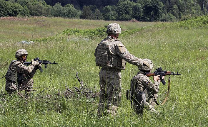 Американские и украинские солдаты на военных учениях