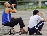 Мужчины пьют пиво в Таллине